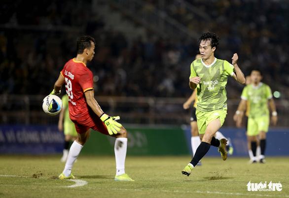 Đội của Quang Hải thua ca sĩ Jack ở trận bóng đá ủng hộ đồng bào miền Trung - Ảnh 7.