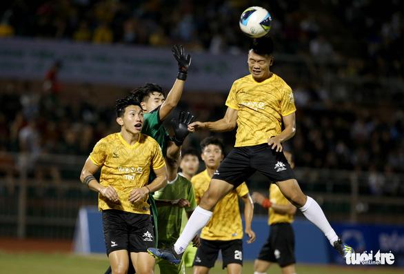 Đội của Quang Hải thua ca sĩ Jack ở trận bóng đá ủng hộ đồng bào miền Trung - Ảnh 8.