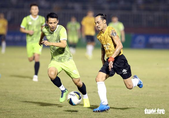 Đội của Quang Hải thua ca sĩ Jack ở trận bóng đá ủng hộ đồng bào miền Trung - Ảnh 9.