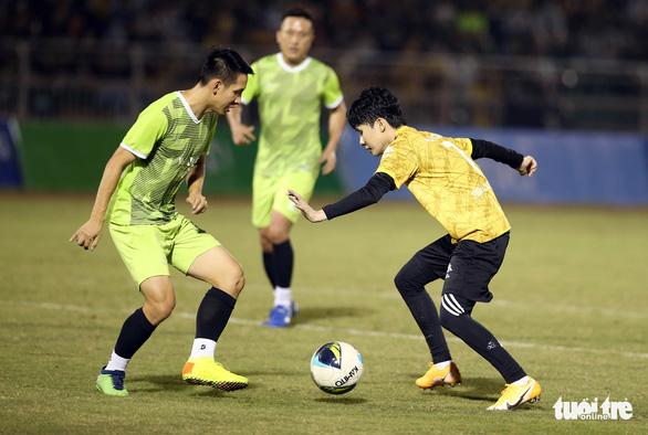 Đội của Quang Hải thua ca sĩ Jack ở trận bóng đá ủng hộ đồng bào miền Trung - Ảnh 11.