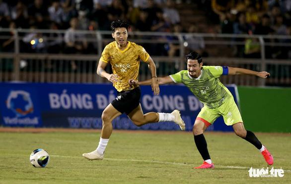 Đội của Quang Hải thua ca sĩ Jack ở trận bóng đá ủng hộ đồng bào miền Trung - Ảnh 12.