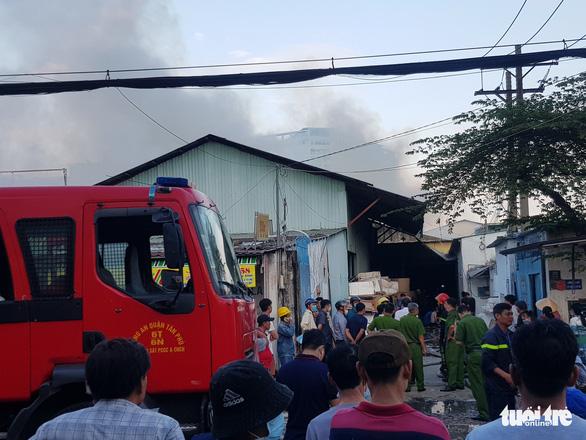 Cháy cơ sở lắp ráp loa trong khu dân cư, khói đen mịt mù - Ảnh 2.