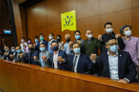 Trung Quốc thông qua quy định mới cho phép chính quyền Hong Kong bãi nhiệm nghị sĩ  - Ảnh 1.