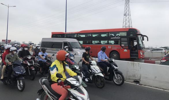 Xe khách leo dải phân cách cầu Sài Gòn, kẹt xe kéo dài - Ảnh 2.