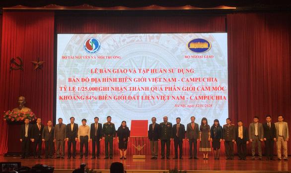 Bàn giao bản đồ địa hình Việt Nam - Campuchia cho 22 cơ quan - Ảnh 1.