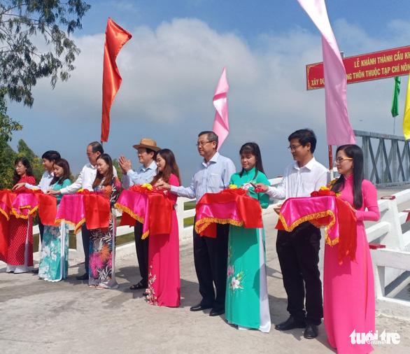 Nguyên chủ tịch nước Trương Tấn Sang trao tặng 200 con bò giống cho hộ nghèo - Ảnh 1.