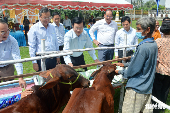 Nguyên chủ tịch nước Trương Tấn Sang trao tặng 200 con bò giống cho hộ nghèo - Ảnh 2.