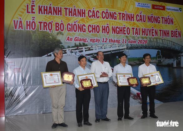 Nguyên chủ tịch nước Trương Tấn Sang trao tặng 200 con bò giống cho hộ nghèo - Ảnh 3.