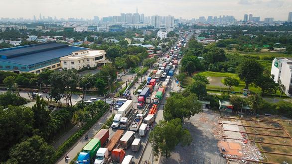 TP.HCM: đường vào cảng ùn tắc, chờ giải bài toán hạ tầng - Ảnh 3.