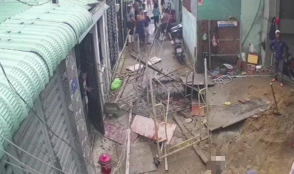 Video đứt cáp tại công trình xây dựng, 3 người rơi ầm xuống đất - Ảnh 2.