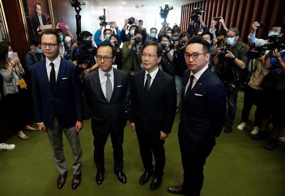 Trung Quốc nói bãi nhiệm 4 nghị sĩ Hong Kong là liều thuốc đúng đắn - Ảnh 1.