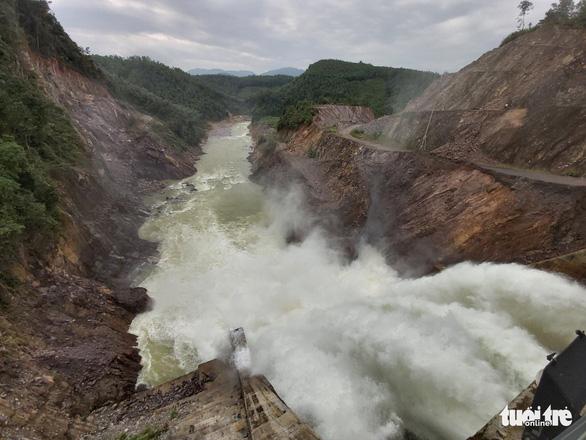 Thủy điện Thượng Nhật lại tích nước trái phép trước bão số 13 - Ảnh 1.