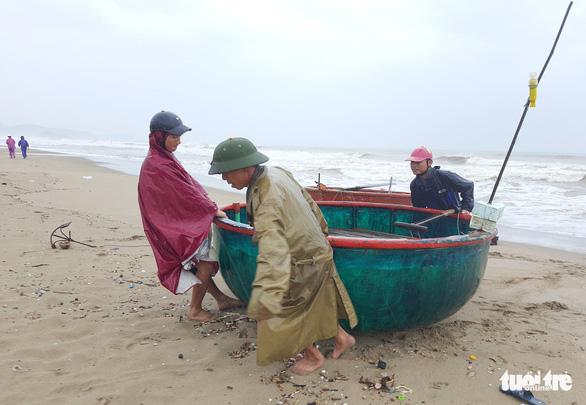 Hà Tĩnh cấm biển, Nghệ An còn gần 500 tàu chưa trú bão - Ảnh 1.