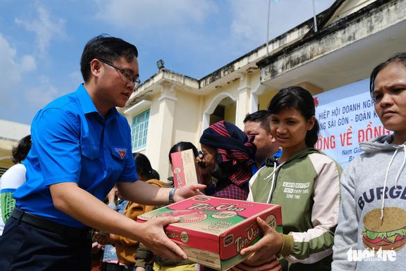 Quà cứu trợ từ Sài Gòn đến với người dân vùng biên giới Quảng Nam - Ảnh 1.