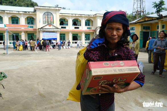 Quà cứu trợ từ Sài Gòn đến với người dân vùng biên giới Quảng Nam - Ảnh 2.