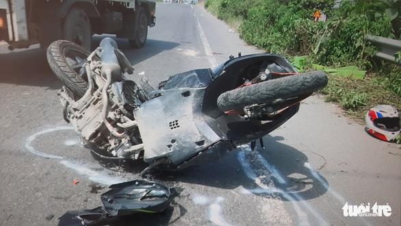 Môtô phân khối lớn tông gần gãy đôi Air Blade, 1 người chết, 1 người bị thương nặng - Ảnh 2.