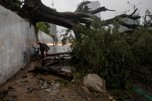 Bão Vamco quét qua Philippines, 26 người chết, lũ nhấn chìm hàng chục ngàn ngôi nhà - Ảnh 4.