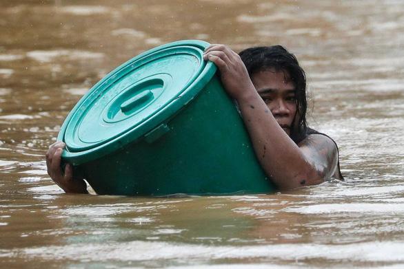 Bão Vamco quét qua Philippines, 26 người chết, lũ nhấn chìm hàng chục ngàn ngôi nhà - Ảnh 6.