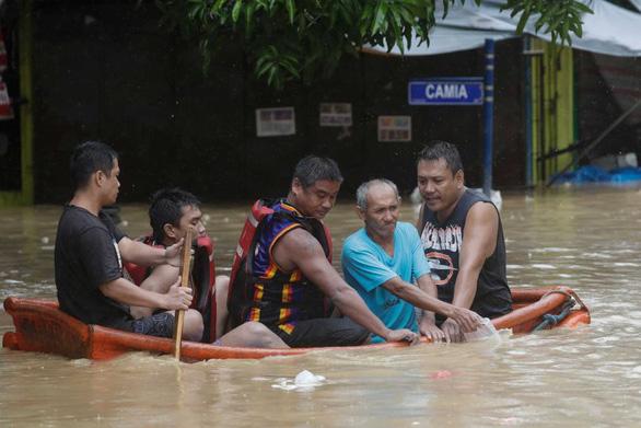 Bão Vamco quét qua Philippines, 26 người chết, lũ nhấn chìm hàng chục ngàn ngôi nhà - Ảnh 8.