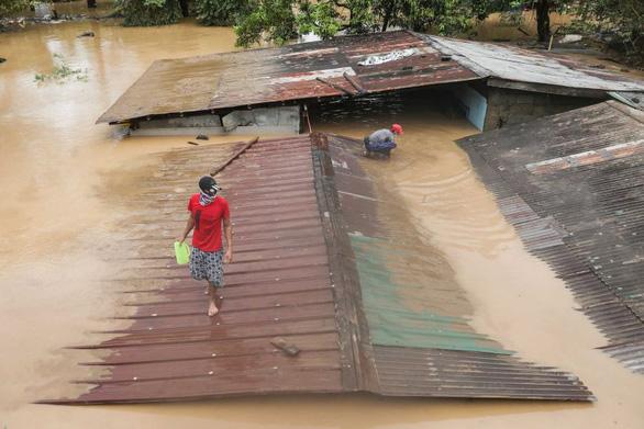 Bão Vamco quét qua Philippines, 26 người chết, lũ nhấn chìm hàng chục ngàn ngôi nhà - Ảnh 1.