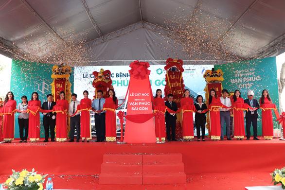 Cất nóc Bệnh viện Vạn Phúc Sài Gòn với tổng vốn đầu tư 864 tỉ đồng - Ảnh 1.