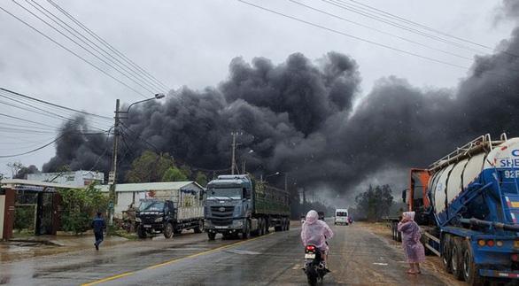 Cháy lớn xưởng đồ nhựa giữa lúc mưa bão - Ảnh 2.