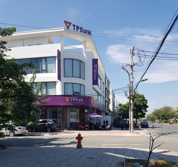 Bắt nóng nghi phạm tẩm xăng cướp ngân hàng TPBank ở Bình Tân - Ảnh 3.