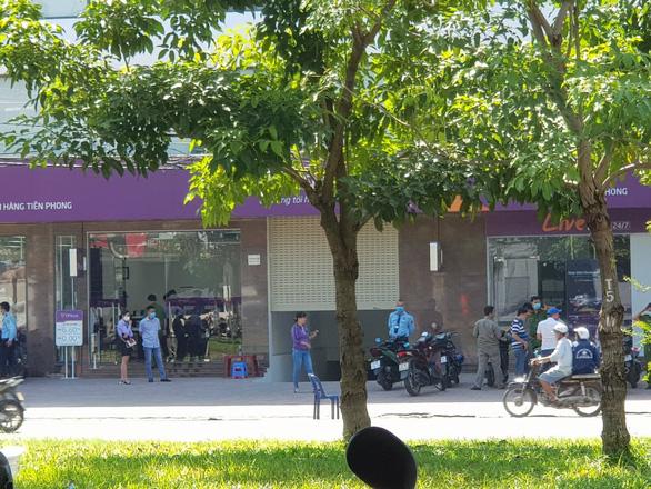 Bắt nóng nghi phạm tẩm xăng cướp ngân hàng TPBank ở Bình Tân - Ảnh 4.