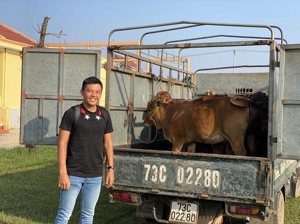Lý Hoàng Nam trao bò và quà cho người dân miền Trung - Ảnh 1.