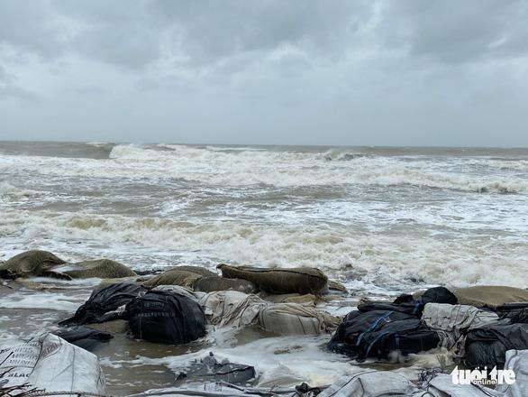 Vì sao bão số 13 tăng thêm 2 cấp và suy yếu khi vào bờ? - Ảnh 5.