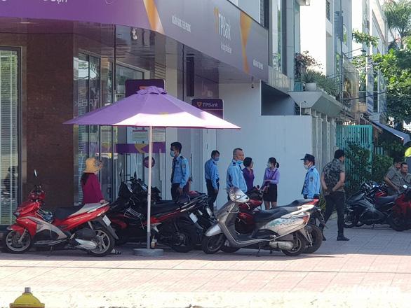 Bắt nóng nghi phạm tẩm xăng cướp ngân hàng TPBank ở Bình Tân - Ảnh 1.