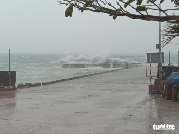 Vì sao bão số 13 tăng thêm 2 cấp và suy yếu khi vào bờ? - Ảnh 3.