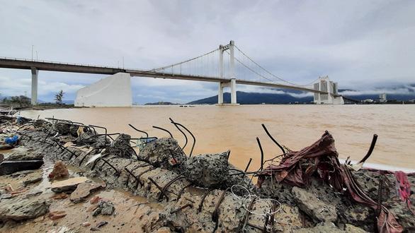 Cận cảnh sóng bão đánh vỡ tan hoang đường ở Đà Nẵng - Ảnh 1.