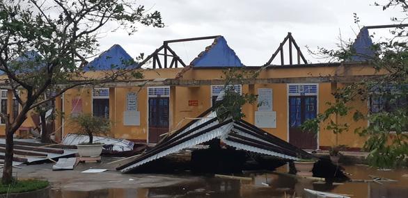 Bão số 13 làm 19 người bị thương, gần 6.000 nhà tốc mái - Ảnh 1.