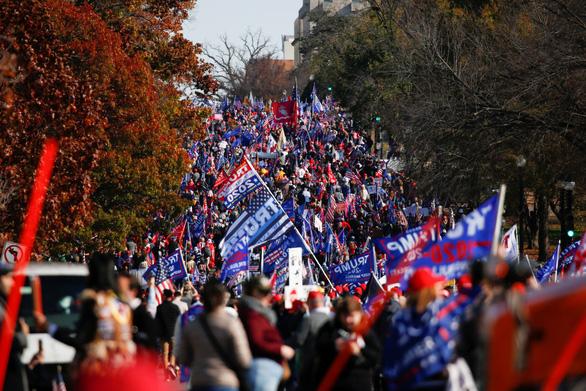 Hàng ngàn người ủng hộ ông Trump xuống đường ở Washington - Ảnh 1.