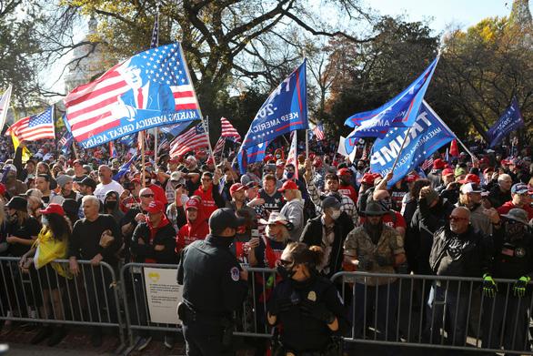 Hàng ngàn người ủng hộ ông Trump xuống đường ở Washington - Ảnh 2.