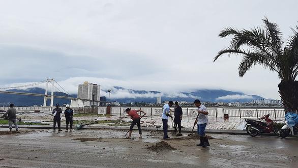 Cận cảnh sóng bão đánh vỡ tan hoang đường ở Đà Nẵng - Ảnh 8.