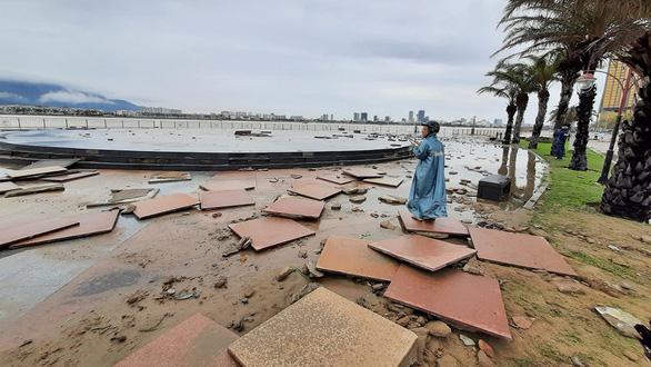 Cận cảnh sóng bão đánh vỡ tan hoang đường ở Đà Nẵng - Ảnh 3.