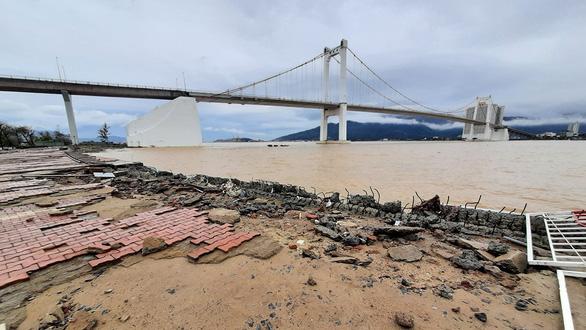 Cận cảnh sóng bão đánh vỡ tan hoang đường ở Đà Nẵng - Ảnh 6.
