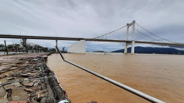 Cận cảnh sóng bão đánh vỡ tan hoang đường ở Đà Nẵng - Ảnh 7.
