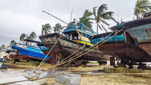Cấm dân ra đường, hạn chế thiệt hại của bão - Ảnh 1.