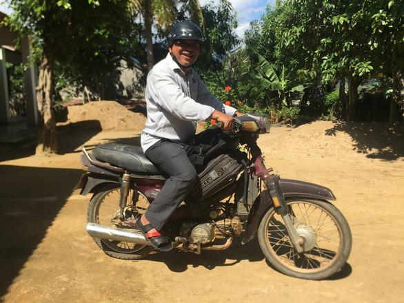 Ông bí thư huyện Mấu Văn Phi chạy xe máy cà tàng khám bệnh cho bà con - Ảnh 3.