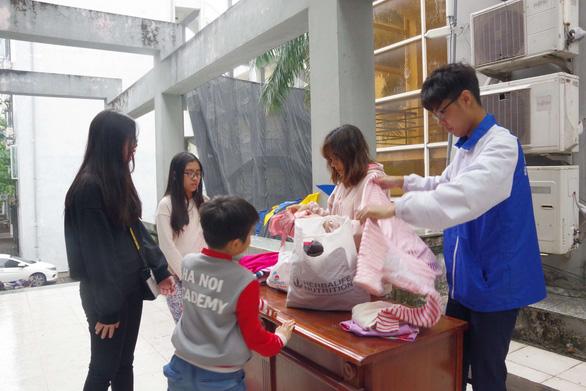 Bạn trẻ Hà Nội đội mưa đổi đồ cũ lấy đồ mới - Ảnh 3.