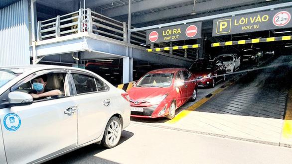 Xe công nghệ đón khách từ sân bay Tân Sơn Nhất: Khó đón xe, phải trả thêm 25.000 đồng - Ảnh 1.