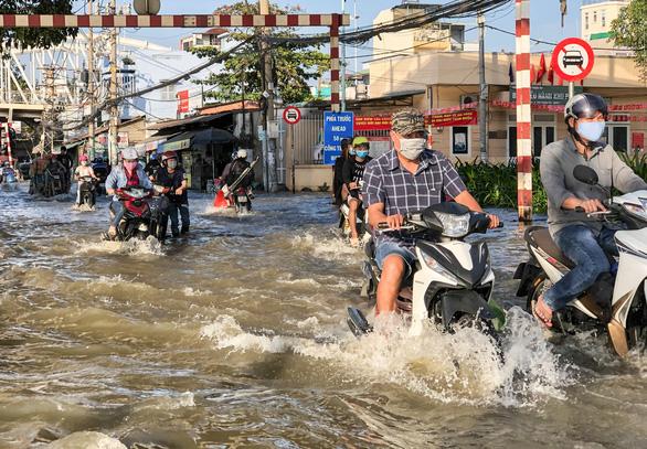 TP.HCM đón đợt triều cường cao nhất năm, đường phố ngập lênh láng - Ảnh 3.