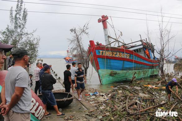Gió bão tốc mái hàng loạt trường học, nhà dân ở Huế - Ảnh 6.