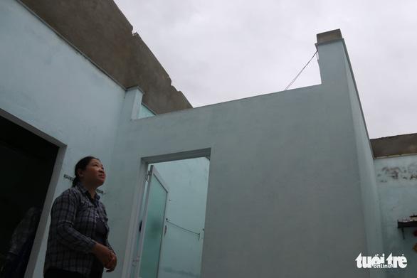 Gió bão tốc mái hàng loạt trường học, nhà dân ở Huế - Ảnh 8.