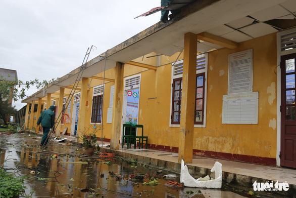 Gió bão tốc mái hàng loạt trường học, nhà dân ở Huế - Ảnh 2.