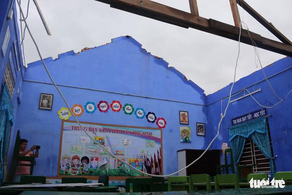 Gió bão tốc mái hàng loạt trường học, nhà dân ở Huế - Ảnh 4.