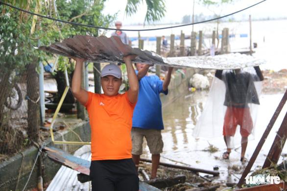 Gió bão tốc mái hàng loạt trường học, nhà dân ở Huế - Ảnh 11.